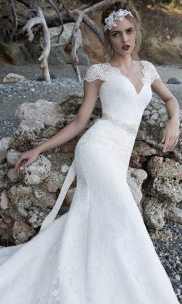 Свадебное платье «рыбка» с чувственным V-образным вырезом и блестящим поясом.