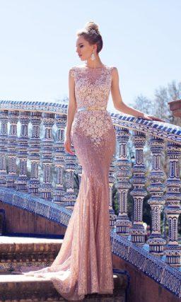 Розовое свадебное платье силуэта «рыбка», украшенное по лифу кружевными аппликациями.