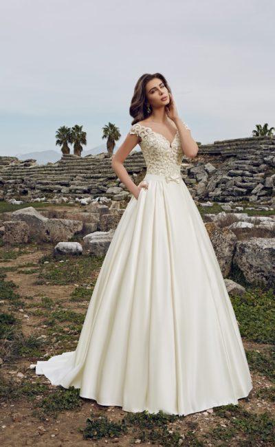 Атласное свадебное платье А-силуэта с фактурной вышивкой на лифе.