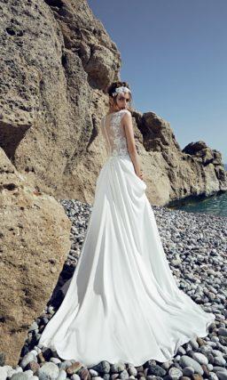 Свадебное платье в ампирном стиле со струящейся юбкой и кружевным декором верха.