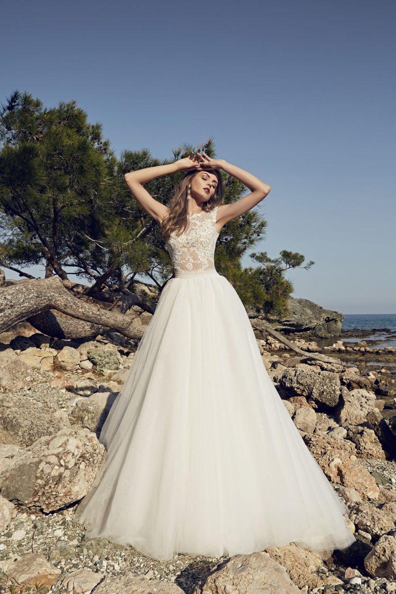 Свадебное платье пышного силуэта со шлейфом и полупрозрачным ажурным корсетом.