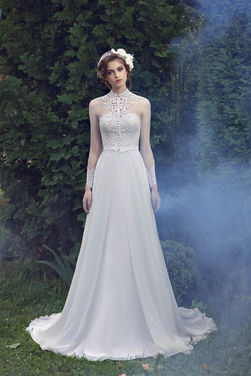 Изящное свадебное платье силуэта «принцесса» с дополнительным верхом из тонкой ткани.