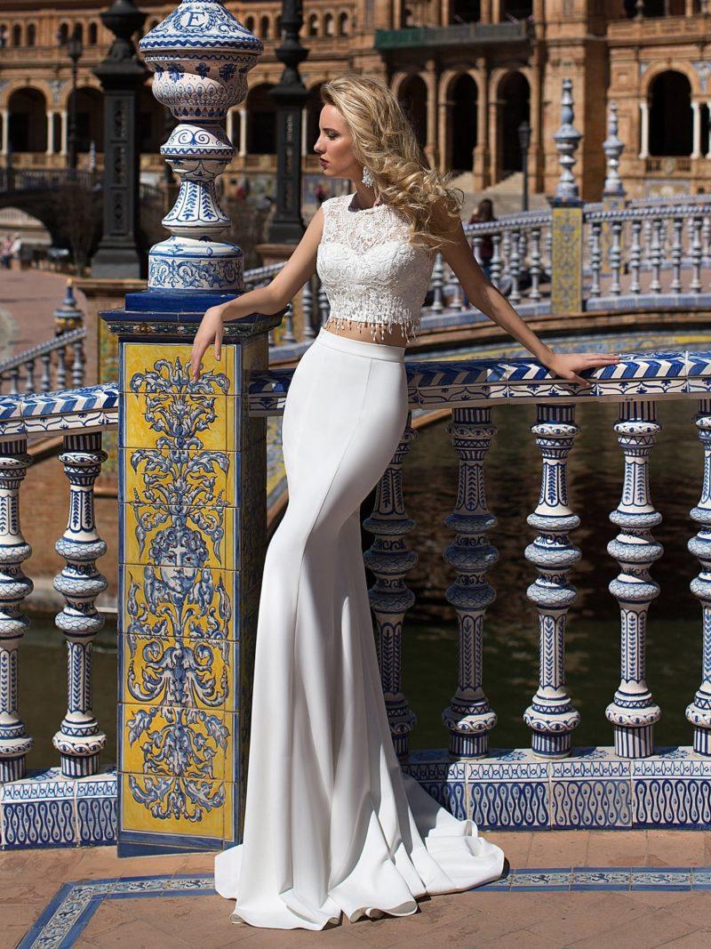 Прямое свадебное платье с укороченным топом из кружевной ткани.