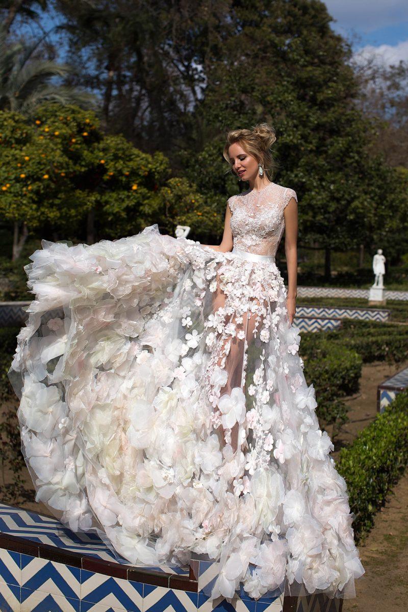 Стильное свадебное платье прямого силуэта из полупрозрачной ткани с объемным декором.