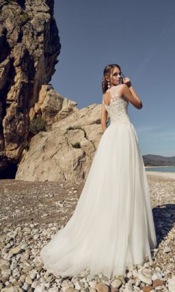 Романтичное свадебное платье силуэта «принцесса» с вырезом «замочная скважина» сзади.
