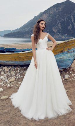 Свадебное платье «рыбка» с облегающим кружевным верхом и пышной дополнительной юбкой.
