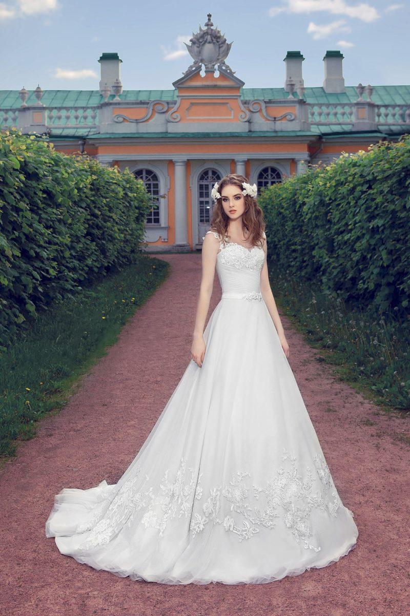Свадебное платье силуэта «принцесса» с кружевным декором по подолу и фигурными бретелями.