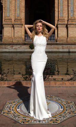 Свадебное платье прямого силуэта с драпировками на бедрах и вышивкой на лифе.