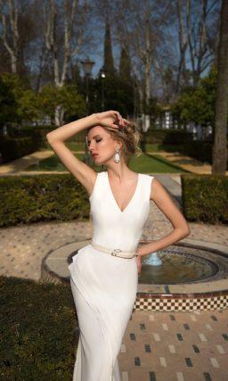 Прямое свадебное платье с V-образным вырезом и драпировками по подолу.
