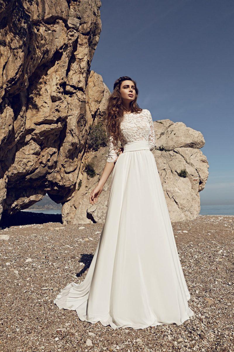 Свадебное платье силуэта «принцесса» с широким поясом и V-образным декольте сзади.
