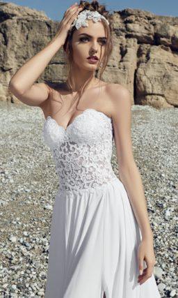 Прямое свадебное платье с открытым полупрозрачным корсетом и разрезами на юбке.