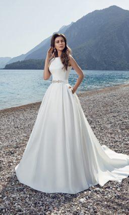 Лаконичное свадебное платье А-силуэта из атласа с ажурной вставкой на спине.