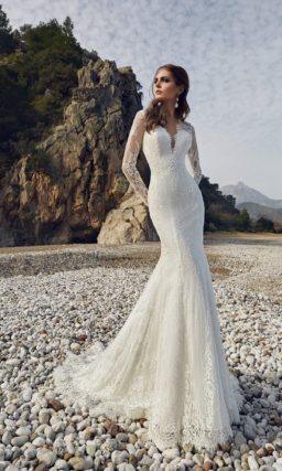 Свадебное платье «рыбка» с длинными кружевными рукавами и вырезом сзади.