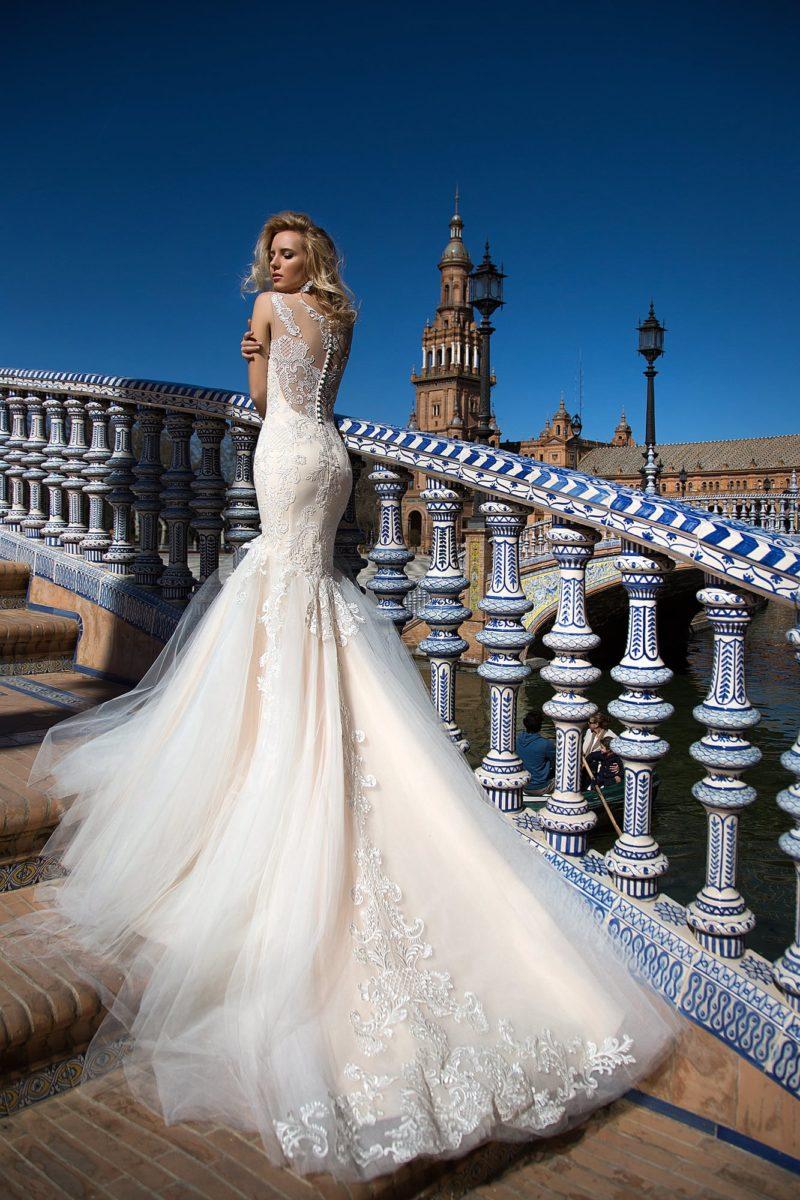 Свадебное платье силуэта «рыбка» с роскошным пышным шлейфом и кружевным декором.