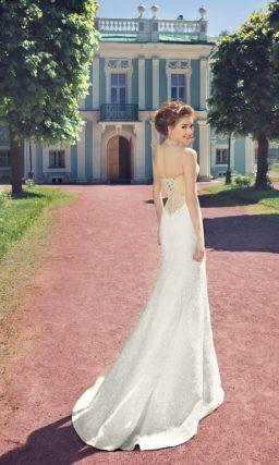 Кружевное свадебное платье силуэта «рыбка» с бежевым корсетом.