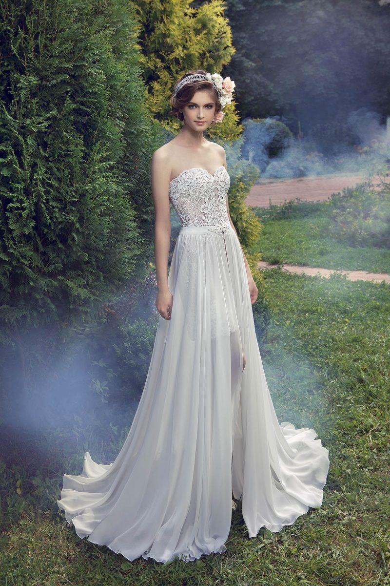 Прямое свадебное платье с кружевным корсетом и длинной верхней юбкой.