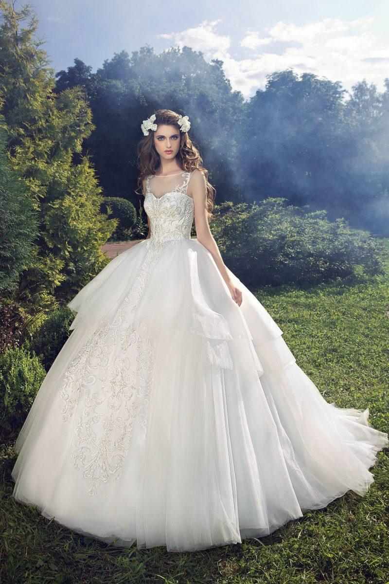 Пышное свадебное платье с вышивкой на корсете и многослойной юбкой со шлейфом.