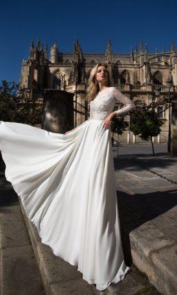Прямое свадебное платье с лаконичной юбкой и кружевными аппликациями на лифе.