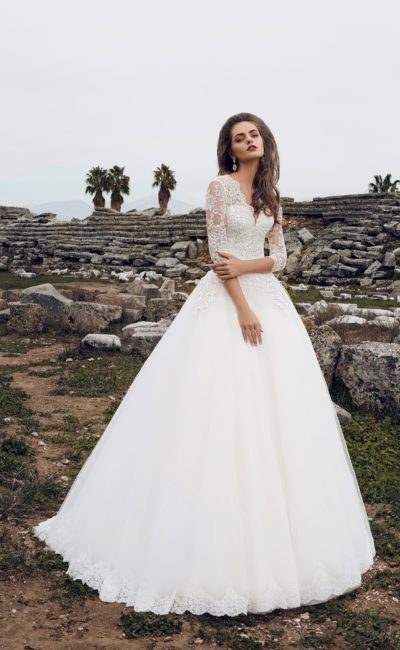 Пышное свадебное платье с ажурным верхом и V-образным декольте.
