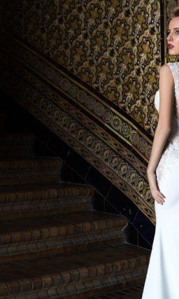 Прямое свадебное платье с облегающим корсетом, дополненным полупрозрачной тканью.