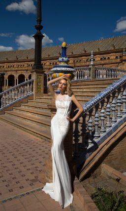 Свадебное платье силуэта «рыбка» с драпировками и кружевной отделкой.