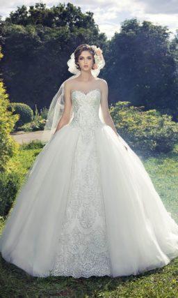 Атласное свадебное платье пышного силуэта с отделкой фактурным кружевом.