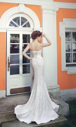 Открытое свадебное платье силуэта «рыбка» с длинным шлейфом и кружевной баской.