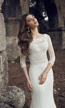 Закрытое свадебное платье силуэта «рыбка» с тонким ажурным верхом и поясом.