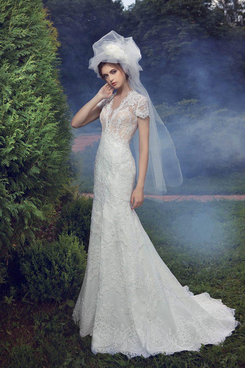 Свадебное платье силуэта «рыбка» с бежевым корсетом и короткими ажурными рукавами.