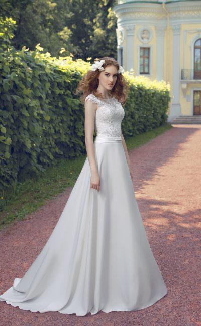 Прямое свадебное платье с элегантным шлейфом и ажурным закрытым верхом.