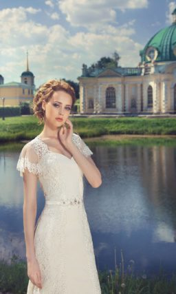 Свадебное платье силуэта «рыбка» с коротким ажурным рукавом и изящным полукругом шлейфа.