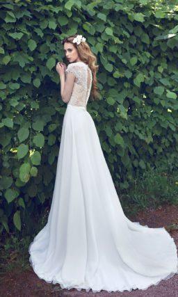 Прямое свадебное платье со шлейфом и бежевой подкладкой лифа.