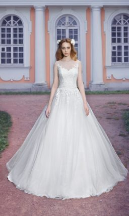 Свадебное платье силуэта «принцесса» с многослойной юбкой и кружевным корсетом.
