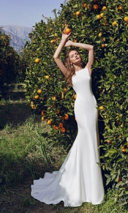 Облегающее свадебное платье силуэта «рыбка» из атласа с ажурным обрамлением выреза сзади.