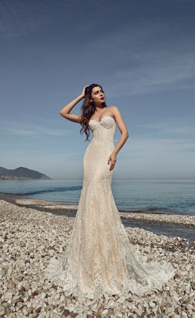 Бежевое свадебное платье силуэта «рыбка» с соблазнительным открытым лифом.
