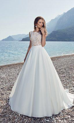 Пышное свадебное платье с атласным шлейфом и ажурной отделкой лифа.