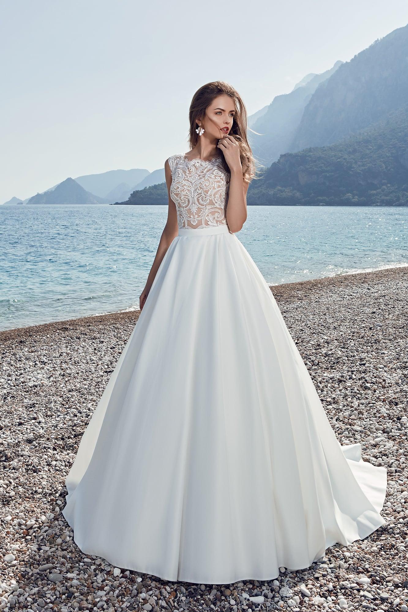 18ef88242318d8e Пышное свадебное платье с атласным шлейфом и ажурной отделкой лифа.