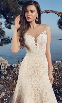 Открытое свадебное платье с силуэтом «рыбка», выполненное на бежевой подкладке.