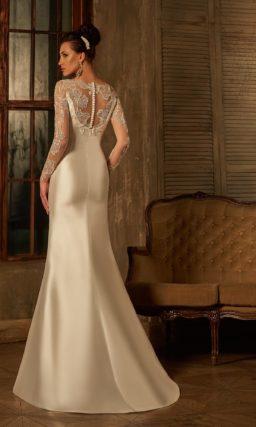 Пышное свадебное платье с атласной верхней юбкой и длинными кружевными рукавами.