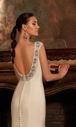 Закрытое атласное свадебное платье «рыбка» с длинным шлейфом с декоративными пуговицами.