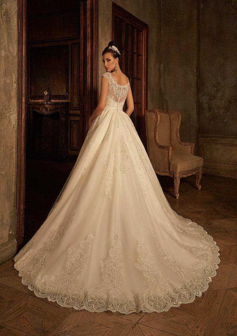 Кружевное свадебное платье «принцесса» цвета слоновой кости с ажурным вырезом на спинке.
