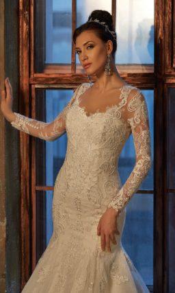 Изысканное свадебное платье цвета слоновой кости, обрисовывающее силуэт кроем «рыбка».