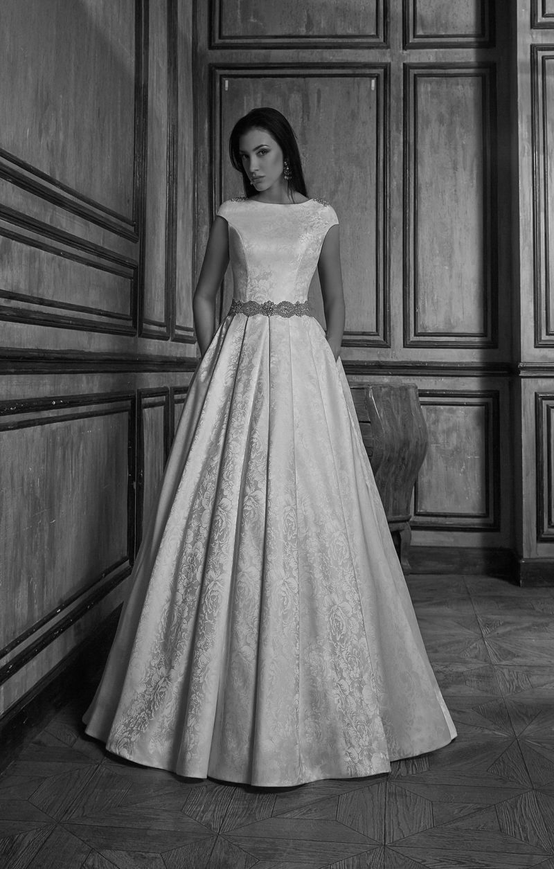Свадебное платье с силуэтом «принцесса», выполненное из плотной атласной ткани с рисунком.