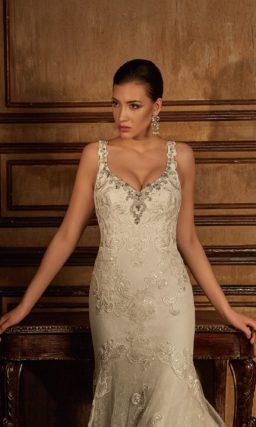 Кружевное свадебное платье силуэта «рыбка» с глянцевой отделкой и длинным шлейфом.