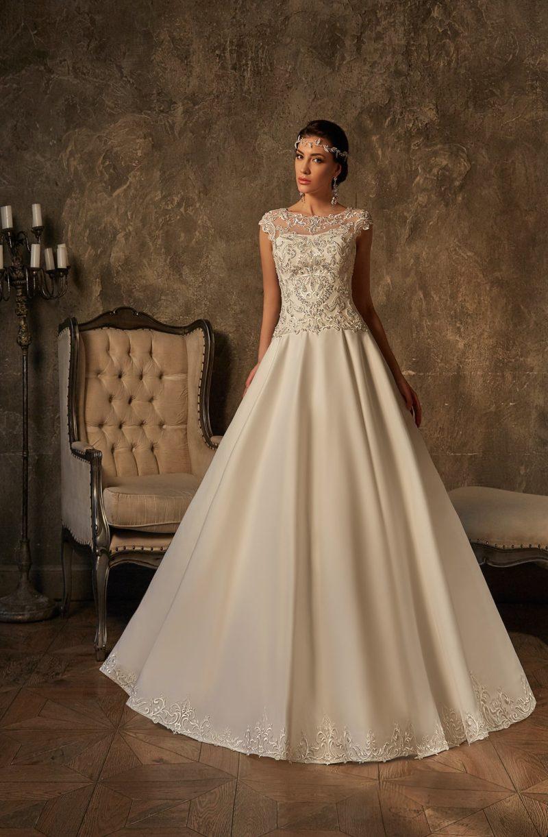 Атласное свадебное платье А-силуэта с кружевным закрытым верхом и элегантной спинкой.