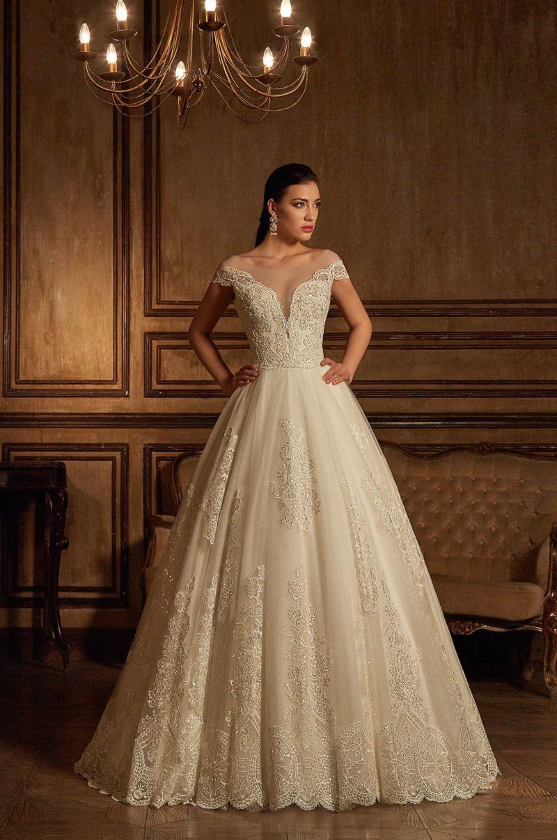 Бежевое свадебное платье с элегантным А-силуэтом, декорированное кружевом.
