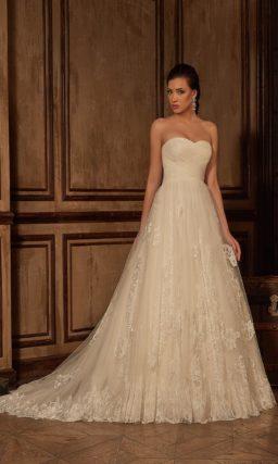 Открытое свадебное платье бежевого цвета с юбкой А-силуэта и кружевным болеро.