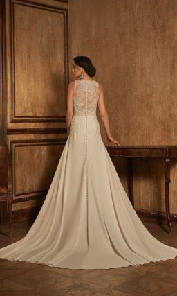 Безупречное кружевное свадебное платье с прямым силуэтом и длинным шлейфом.