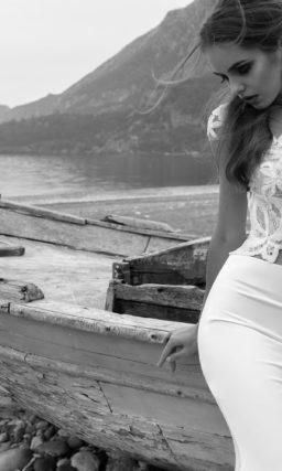 Свадебное платье силуэта «рыбка» со шлейфом и ажурным укороченным топом.