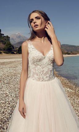 Свадебное платье силуэта «принцесса» цвета слоновой кости с кружевным лифом.
